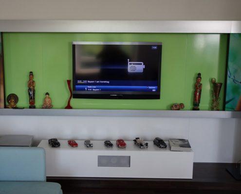 TV Wand mit verstecktem Technisat Fernseher und Yamaha AV Receiver