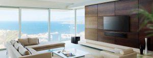 Wohnzimmer mit Smart TV Wandmontage und Soundbar von Yamaha